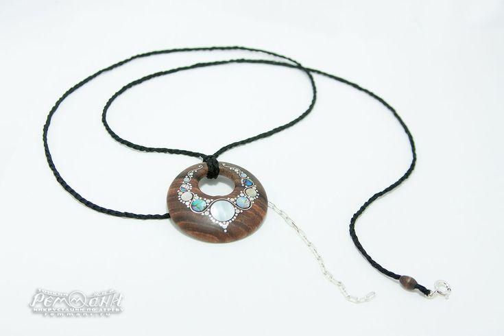 """Кулон из палисандра.  Необычный кулон """"Ожерелье"""" с инкрустацией белым металлом, натуральным перламутром и мельхиором выполнен на заказ. Материал украшения - палисандр с очень красивой текстурой. #реммани #remmani #инкрустация #по #дереву #всечка #inlay #wood #pearl #перламутр #кулон #pendant #из #дерева #деревянный  #палисандр #palisander #ожерелье #колье #necklace #sparkle #сверкающее"""