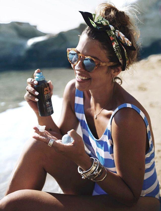 Rien de tel qu'un petit foulard noué en mode fifties pour sophistiquer un look de plage ! (photo Miss Heads)