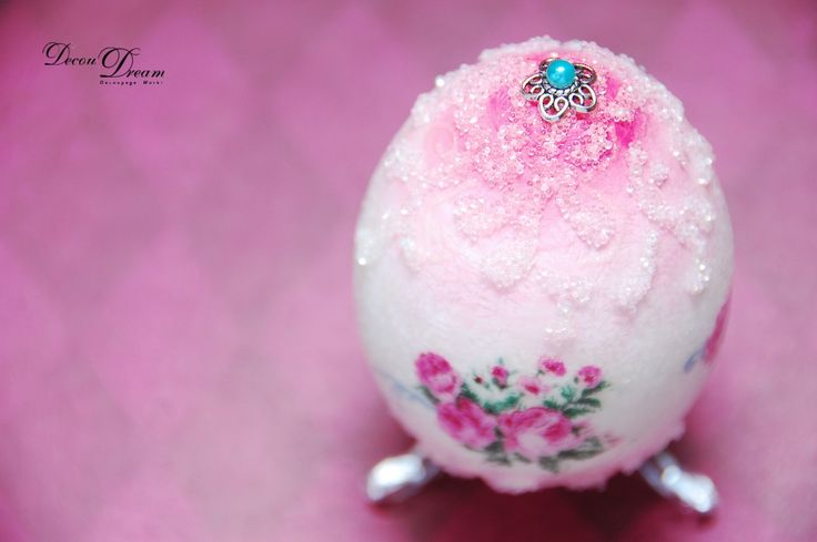 A decoupage pink Easter egg Pisanka decoupagepowa by www.facebook.com/Decoudream