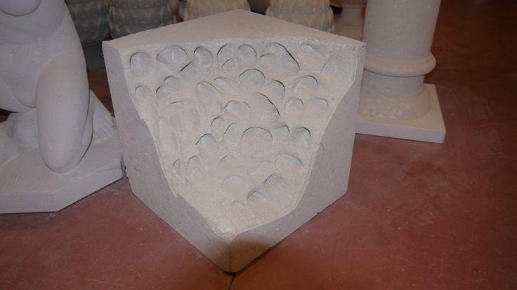 Scultura in pietra - http://achillegrassi.dev.telemar.net/project/scultura-pietra-2/ - Particolare esempio di una scultura inPietra bianca del Palladio levigata raffigurante un cubo eroso dalle intemperie.  Dimensioni: – 35cmx 35cm x 35cm