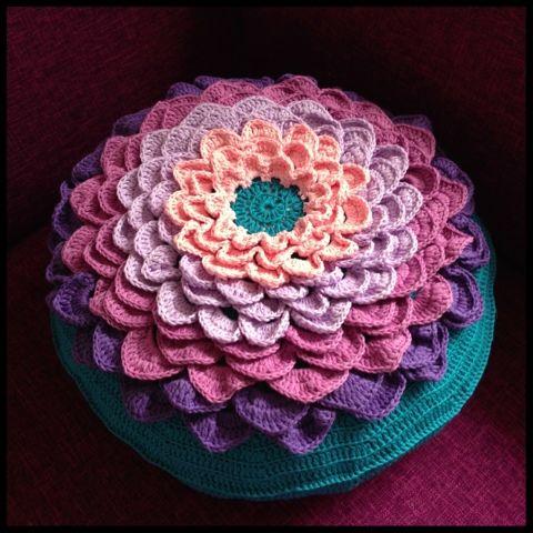 Mara maakt : Bloemkussen met patroon (nl)   (Haken, kussen, patroon, bloem, crochet)