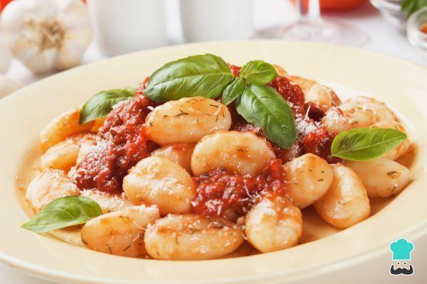 Aprende a preparar Ñoquis de papa con salsa de tomate con esta rica y fácil receta. Si bien no es difícil preparar los ñoquis de papa con salsa de tomate, lo que...