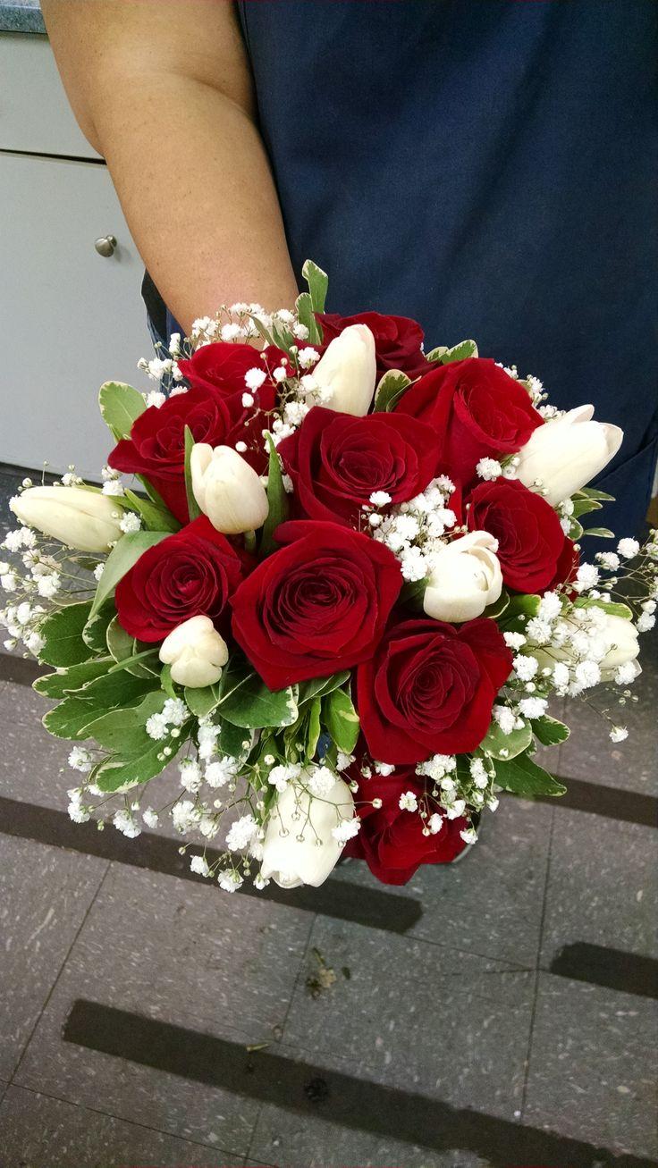 Røde roser, hvide tulipaner, Baby ånde og Pittosporum-1344