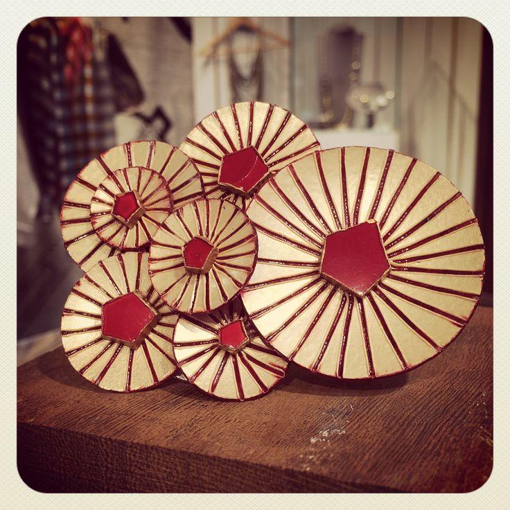 Broche Kyoto rouge - Broche en résine modèle Kyoto rouge de la marque française Cilea. Fabriqué à la main près de Paris.