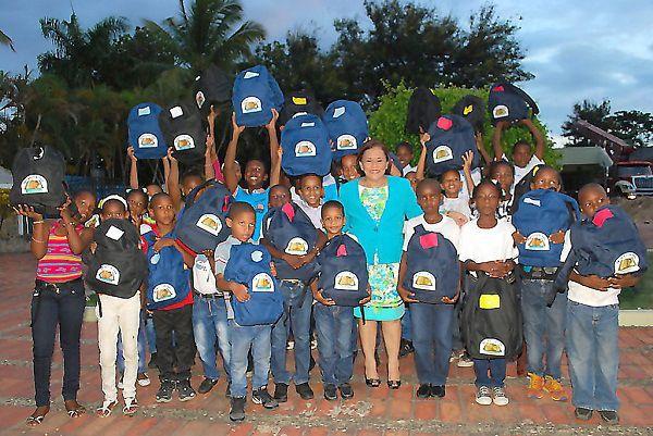 Iglesia cristiana entrega útiles escolares y uniformes a más de 500 niñas y niños