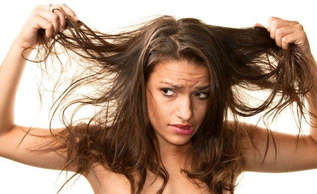 Musisz myć włosy codziennie, a i tak wieczorem zaczynają być tłuste? Im są bardziej tłuste, tym częściej musisz je myć – im częściej używasz szamponu tym włosy są bardziej tłuste, błędne koło… Skóra głowy jest taka sama jak skóra na pozostałych częściach ciała i wydziela sebum, które stanowi powłokę ochronną. Stosując mocne detergenty zmywamy naturalną ochronę, więc skóra broniąc się zaczyna produkować więcej sebum i włosy są bardziej tłuste.