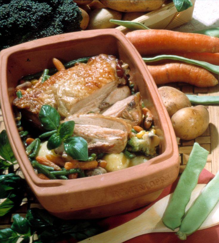 Rezept #Lammkeule geschmort:  Zutaten:  1 kleine Lammkeule von    1000 bis 1200 g 50 g saure Sahne 2 Knoblauchzehen 2 Zwiebeln 2 Tomaten 1 Zitrone 1 Möhre 1 EL Öl 1 Tasse Brühe 1 Tasse Rotwein oder Bier 1 EL Preiselbeerkompott 1 EL fein gehackte Petersilie,  Salz, Pfeffer   etwas Pfefferminze frisch oder getrocknet  Zubereitung: Alles sichtbare Fett sowie noch anhaftende Haut abschneiden. Fleisch waschen, trocknen und mit Zitronensaft, Salz sowie Pfeffer einreiben. 1 h ziehen lassen. ...