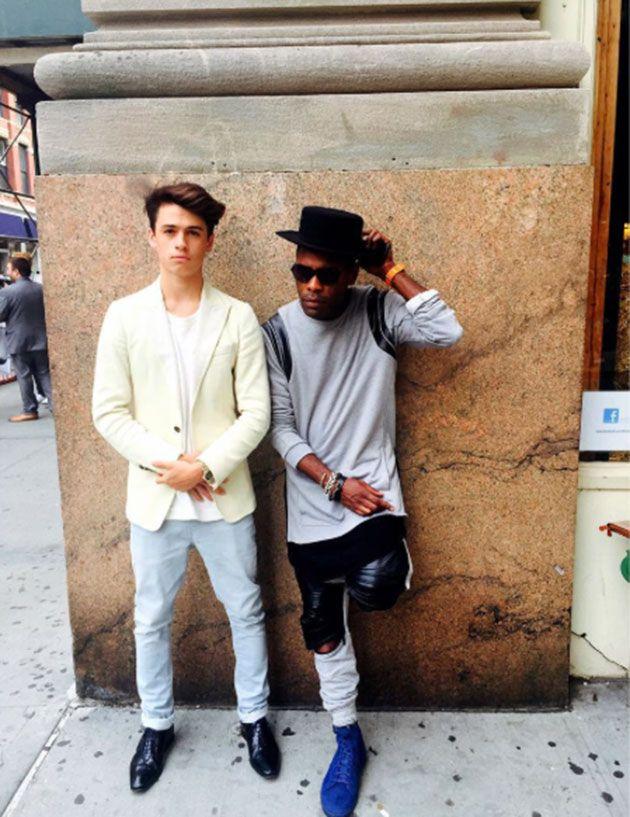 Dylan também é ligado em moda, tá? Essa foto foi tirada durante a Semana de Moda Masculina de NY