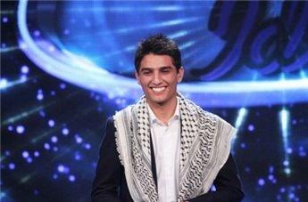http://www.bbc.co.uk/portuguese/noticias/2013/06/130621_arabe_idolo_mdb_pai.shtml \\ Em poucas semanas, Mohammed Assaf passou de um jovem palestino desconhecido para um herói nacional. A mudança se deu quando o jovem, de 23 anos, passou para as fases finais do programa Ídolo Árabe, nos moldes dos programas Ídolos, veiuculados na TV brasileira, e American Idol.