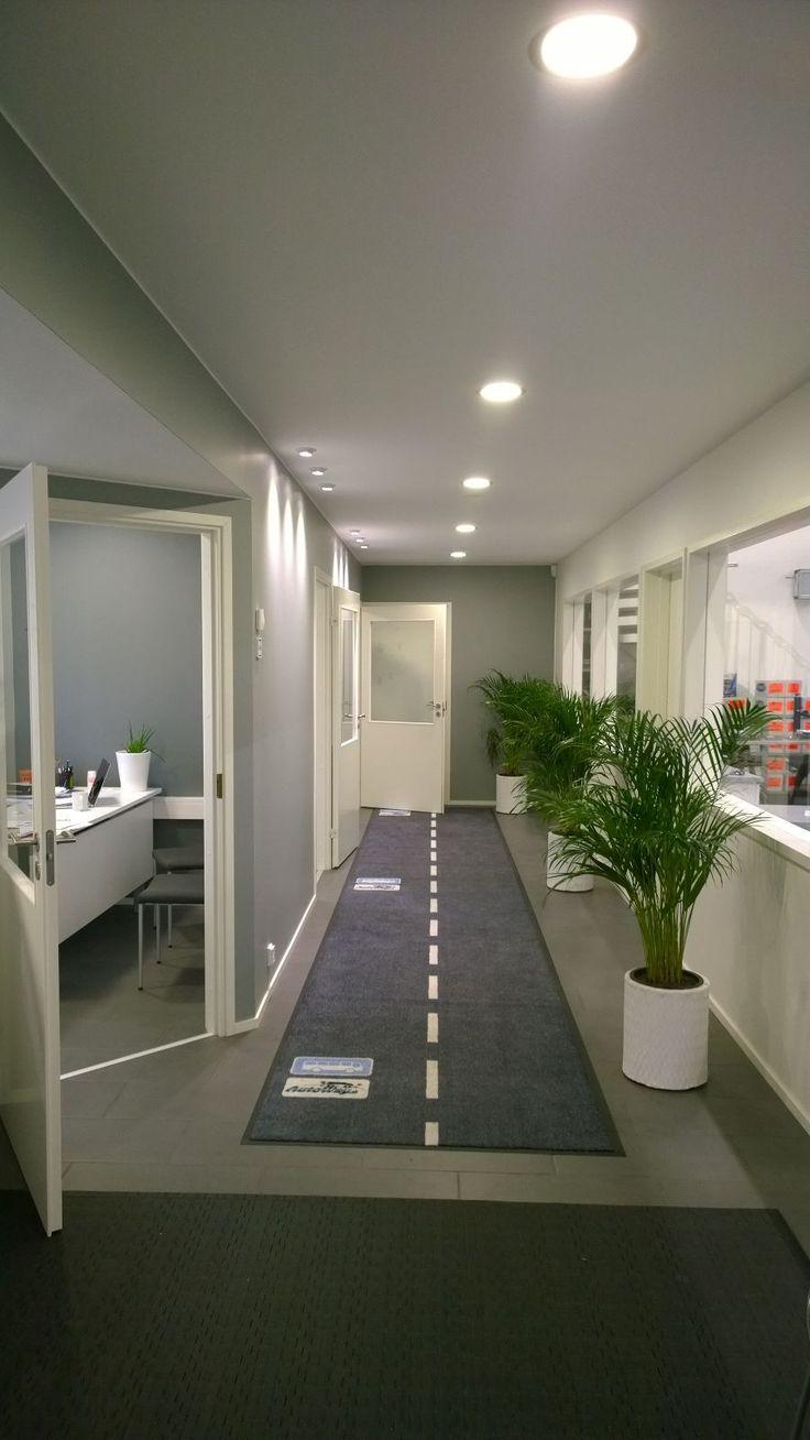 Autoliikkeen toimistotiloissa on hauskana yksityiskohtana bussipysäkki jokaisen toimistohuoneen kohdalla.