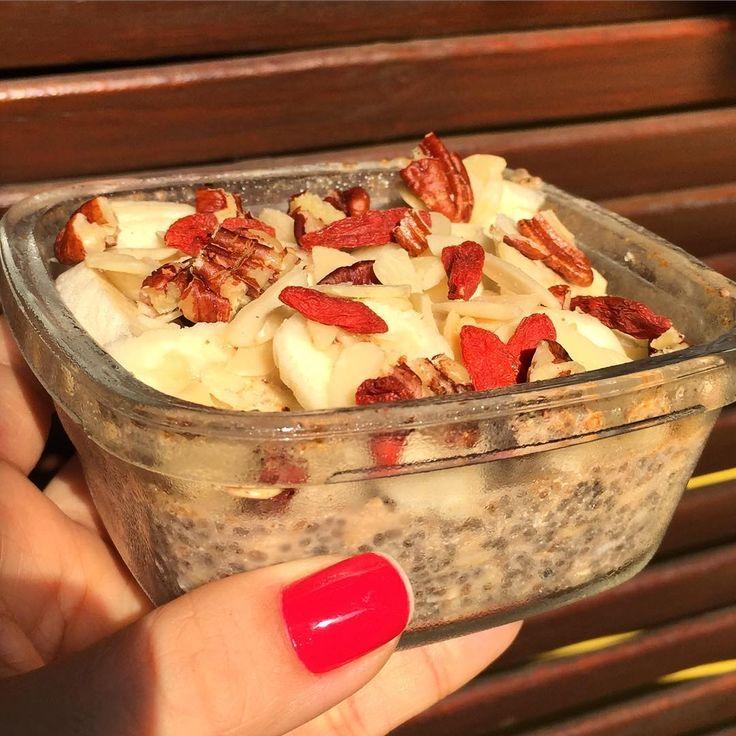 ✨✨OVER-NIGHT!✨✨ Pra quem acorda correndo e quer um refeição nutritiva principalmente quando treina pela manhã: 70 ml de leite vegetal (usei o leite de côco) + 1 cs de Chia orgânica + 1 cs de aveia em flocos + canela + açúcar de côco. Deixo na geladeira da noite pro dia e pela manhã pico 1 banana + lascas de amêndoas + nozes pecan + gojiberry. Podem variar as frutas e as opções de oleaginosas!