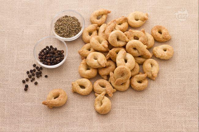 I taralli sono una specialità tipica pugliese il cui impasto di base è formato da farina, olio, sale e pepe da mangiare come snack per spezzare la fam