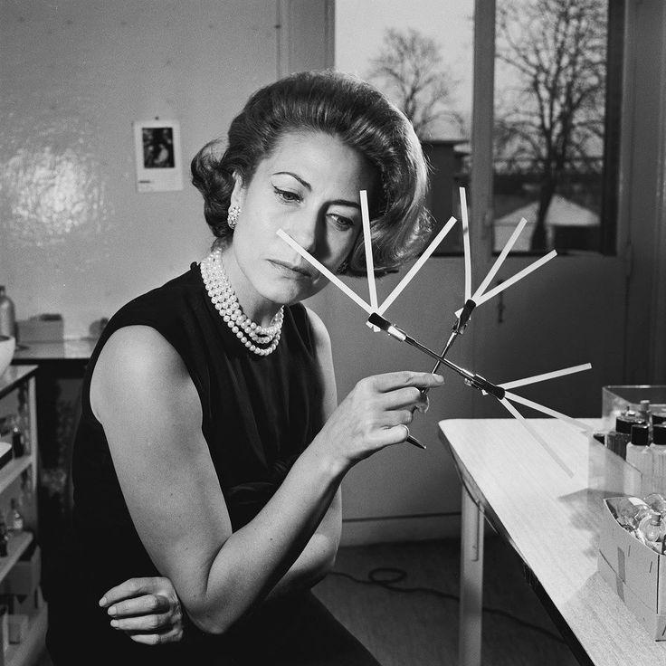 Un jour en #France - #1960 - #HeleneRochas à la mort de son mari en #1955 reprend la présidence de la maison de parfum #Rochas à 28 ans. Ici nous la voyons dans son laboratoire sentir divers essences à la recherche de senteurs nouvelles. Photo : Serge Lido / parue dans #ParisMatch - Plus d'#archives sur @parismatch_vintage by parismatch_magazine