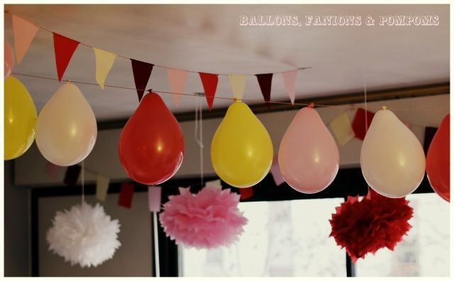 Ballons pompoms et fanions en décoration du thème fête foraine