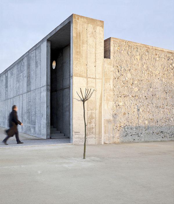 La belleza minimalista de un sistema de muros de hormigón caracteriza a este parque diseñado por el arquitecto Héctor Fernández Elorza en el suroeste de Zaragoza. Fueron las particularidades del propio solar en el que se emplaza las que empujaron a Héctor Fernández Elorza a tomar las principales decisiones del proyecto. Por un lado, el suelo …