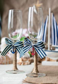 Les flûtes à champagne des mariés thème marin réalisées avec de la corde et un ruban bleu et blanc rayé