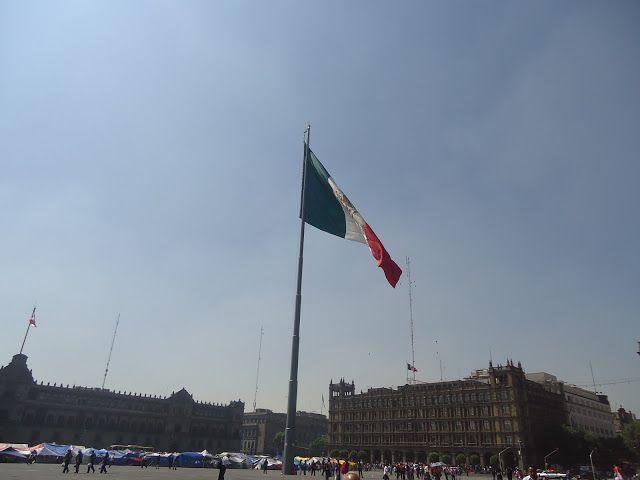 sancarlosfortin: bandera nacional mexicana a toda asta en el zocalo...