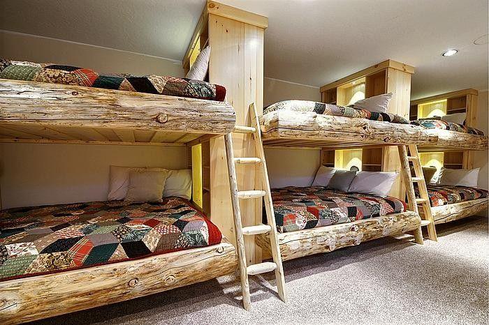 six lits superposés en bois clair dans la chambre à coucher