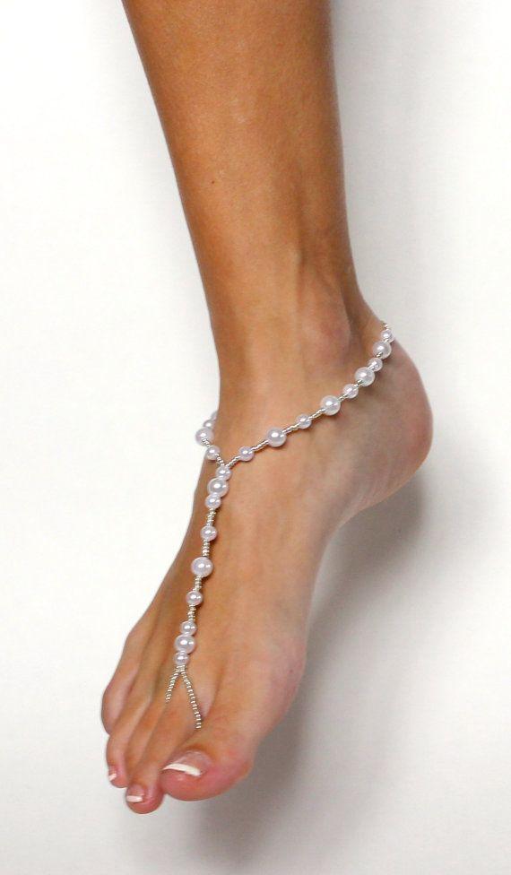 Sandali a piedi nudi in rilievo. Perle e perline destinazione