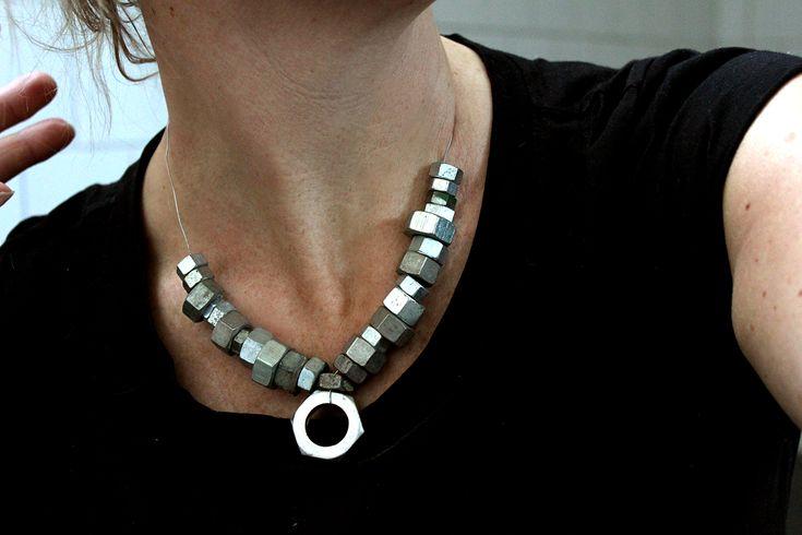 DIY smycken av återbruksmaterial. Som muttrar och däck.