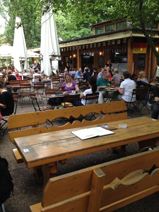 Brachvogel in Berlin, Berlin. Viele Tische, netter Biergarten, gute Stimmung, gutes Essen. Reservierung für die WM-Speile erbeten. http://www.brachvogel-berlin.de/bv/. Lots of tables, nice beer garden, good atmosphere, good food. Reservation required for World Cup games. http://www.brachvogel-berlin.de/bv/. From @kiMEisinger. Find more best places to watch the World Cup in Germany: http://pin.it/bvEtpBg