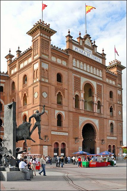 Esto foto es La Plaza de Toros en Madrid, España. Es un edificio muy antiguo, grande, y impresionante. Fue construida en siglo 18. La Plaza de Toros es muy famosa por las corridas de toros. Ana no quería ver una corrida de toro porque ella pensaba que es terrible pelear contra un toro por diversión. Por otra parte, a Carmen le encantan las corridas y los matadores especialmente.