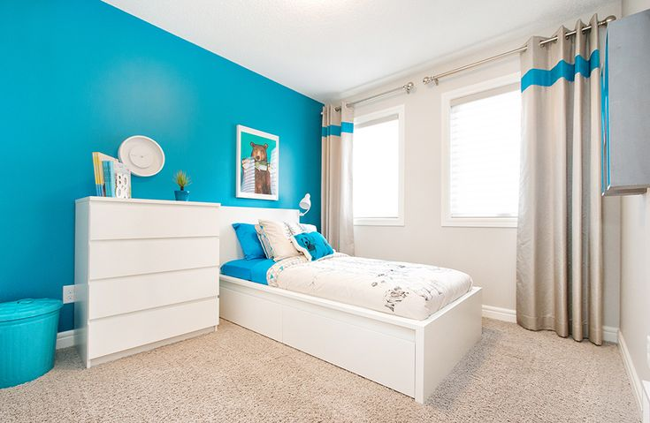 Adore the bright blue in this little boys' room :D