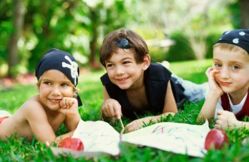 Breve guida e istruzioni per organizzare una caccia al tesoro in giardino con i bambini di 6, 7 e 8 anni. Ottimo gioco per stare all'aria aperta ma anche idea entusiasmante per festicciole di compleanno e feste a tema con tanto di bandana da pirata e mappa del tesoro alla mano. Buon gioco!
