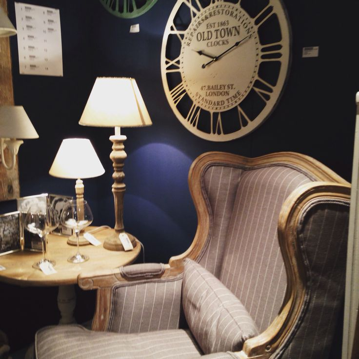 Evening time in perfect Old London Style  Si avvicina la sera in un perfetto stile vecchia Londra.  #consiglidicasa #london #londonstyle #instahome #style #evening #londra #stile #serata #oldlondon #vecchialondra #lamps #clock #chair #blue #wall