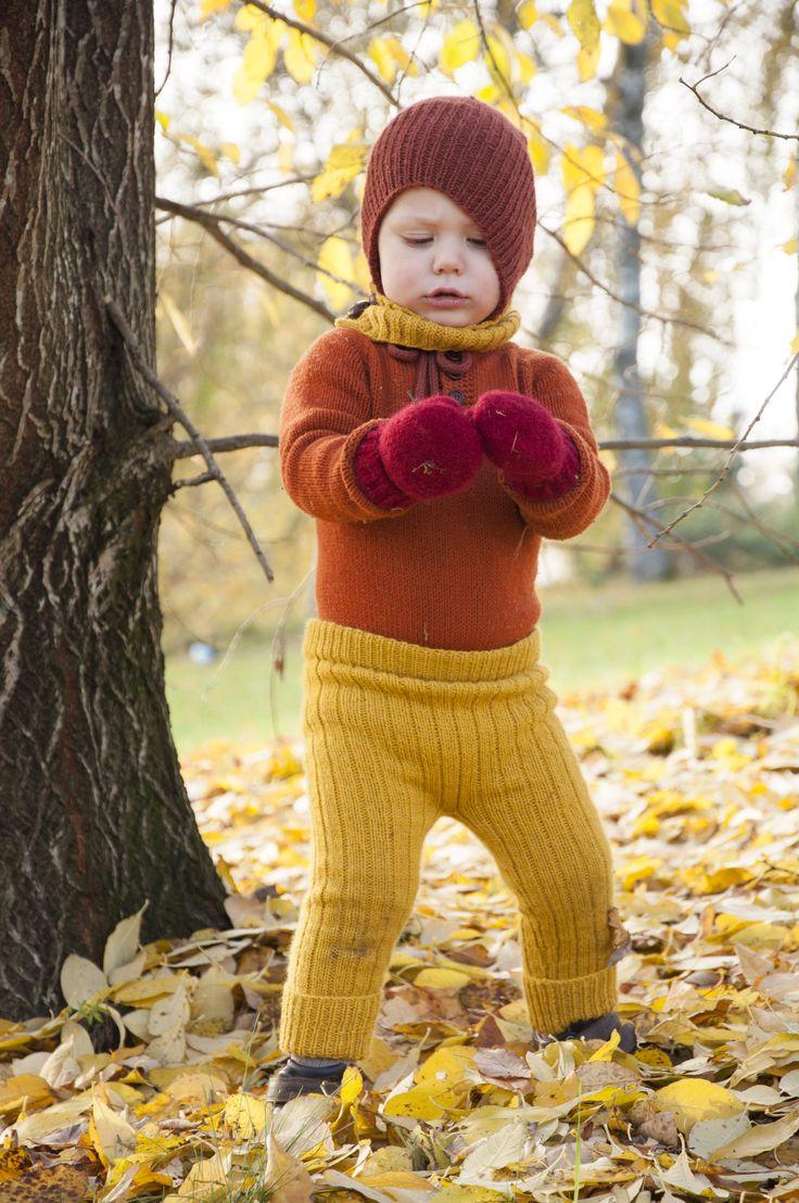 Enkel bukse med ribbestruktur som gjør den fleksibel og myk i bruk.    Et fantastisk bruksplagg som holder lenge og vokser med barnet, perfekt under regntøy og vinterdresser, og kjempefin som lekebukse på fine høstdager.