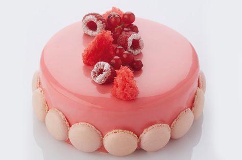 Slagroomtaart met rode chocoladespiegel uit 'Basic Taarten' van Cristophe Declercq   Debic