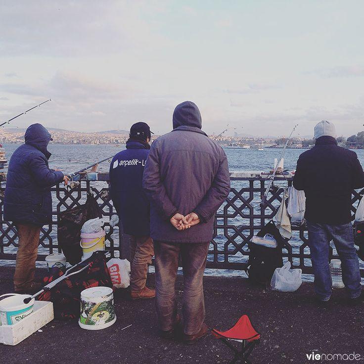 Pêcheurs sur le pont de Galata, à Istanbul en Turquie