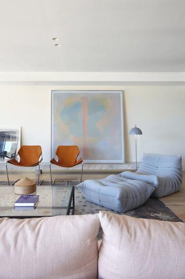 Sala de Estar com Belíssima combinação de cores calmas. Com os tons violetas em destaque transmitindo espiritualidade e aconchego.