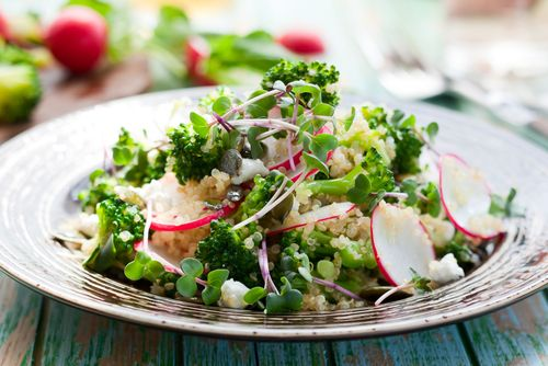 Brokkoli-Quinoa-Salat mit frischen Kräutern via Kochmamsell      1 Brokkoli in Röschen zerteilen, waschen und in Salzwasser bissfest garen. Etwas abkühlen lassen.     400g Quinoa laut Packungsanleitung zubereiten.     10g Petersilie waschen und klein hacken.     Etwas abkühlen lassen und mit 4 EL Olivenöl, 2 EL Crema die Balsamico, Petersilie, 1TL Zitronensaft, Salz und Pfeffer vermengen.     1 Bund Radieschen waschen, putzen und in dünne Scheiben schneiden.     Den Brokkoli und die ...