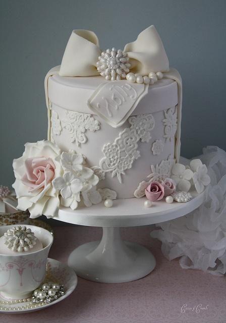 Fondant gâteau de mariage en dentelle Décoration ♥ Boîte à Chapeau Gâteau avec des roses et des perles de sucre comestibles par