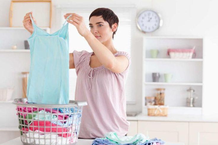 ¿A quién no le molestan las manchas que quedan debajo de las magas en la ropa? A la hora de lavar es un problema común, ya que renegamos al ver que las manchas no salen, y a veces hacemos hasta lo imposible por solucionarlo. A continuación te ofrecemos algunos consejos prácticos sobre cómo quitar las manchas deba