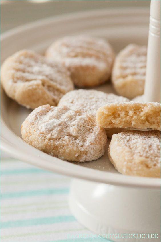Glutenfreie saftige Mandelkekse Ricciarelli. Geeignet bei einer Nahrungsmittelunverträglichkeit oder Lebensmittelunverträglichkeit wie Glutenunverträglichkeit oder Zöliakie.