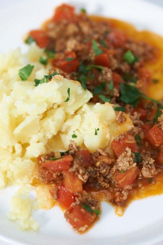 Die Sauce ist extrem einfach, durch die Tomaten herrlich frisch und mit etwas Curry trotzdem raffiniert. Einfacher Kartoffelstampf schmeckt klasse dazu.