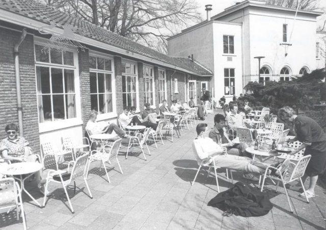 Historisch Centrum Leeuwarden - Beeldbank Leeuwarden terras theeschenkerij prinsentuin'80