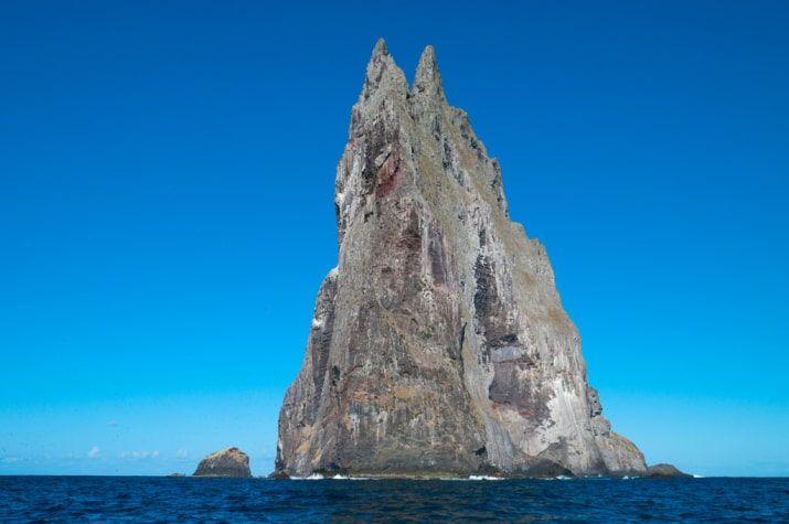 To naozaj bizarné 562 metrov vysoká sopečná remanentnej je svet je najvyššia morská stack.  V roku 2001 tím pamiatkari objavili veľmi malú populáciu doteraz predpokladal zaniknutý Lord Howe Island držať hmyz žijúci pod jedinou ker.  Dva páry nájdených 24 jedincov boli prinesené do Austrálie k chovu novú populáciu.