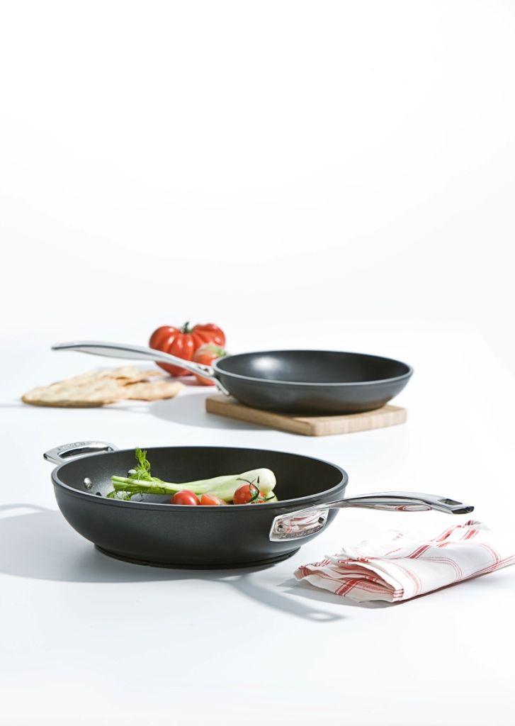 Padella e padella wok in alluminio forgiato @LeCreusetItalia #padella #wok #alluminio #antiaderente  #nero #black #food