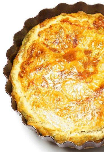 Quiche con queso - Recetas de quiche - Los fanáticos del queso han dado con la receta perfecta. Seguro que tras probar un bocado de este quiche con queso quedarán maravillados. Esta receta se puede adaptar según el tipo de quesos que más te guste: franceses, suizos...