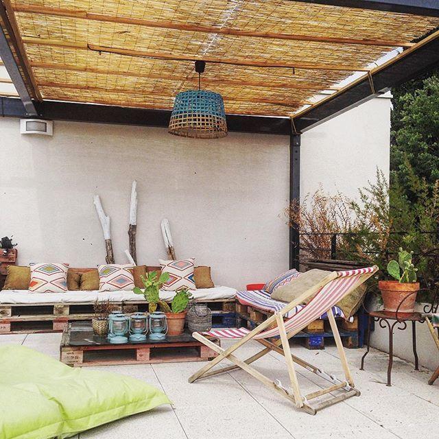 Un banc aménagé avec une palette sur la terrasse