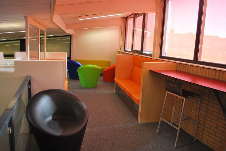 Project waar we een complete 'chill' en leerhoek hebben ingericht op een middelbare school. Allemaal gemaakt in de meubelfabriek van De Esdoorn bv Wolvega