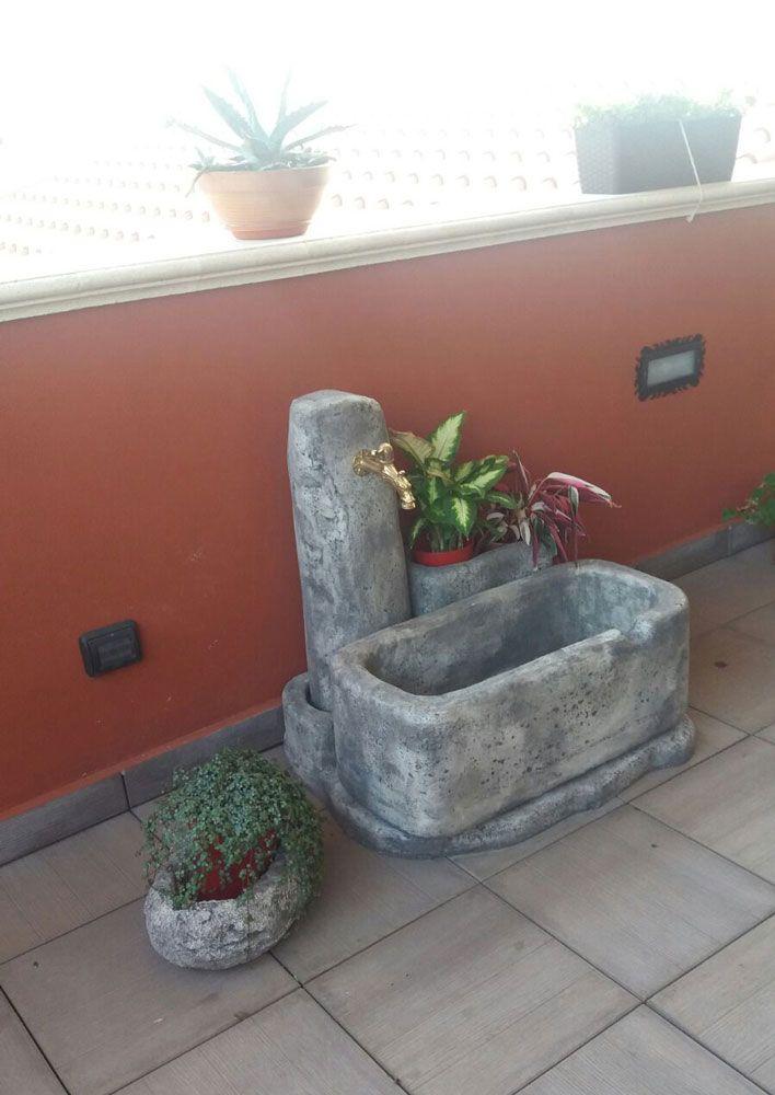 Vaso primula 30 e fontana Dolomiti 80, in finta roccia, colore: antichizzato. Località: Sossano (Vicenza).