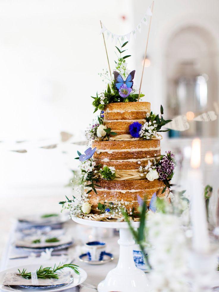 Ein Kunstwerk: Diese Hochzeitstorte wurde ebenfalls als Naked Cake gestaltet. Mit Schmetterlingen, Blumen, Bast und einer hübschen…