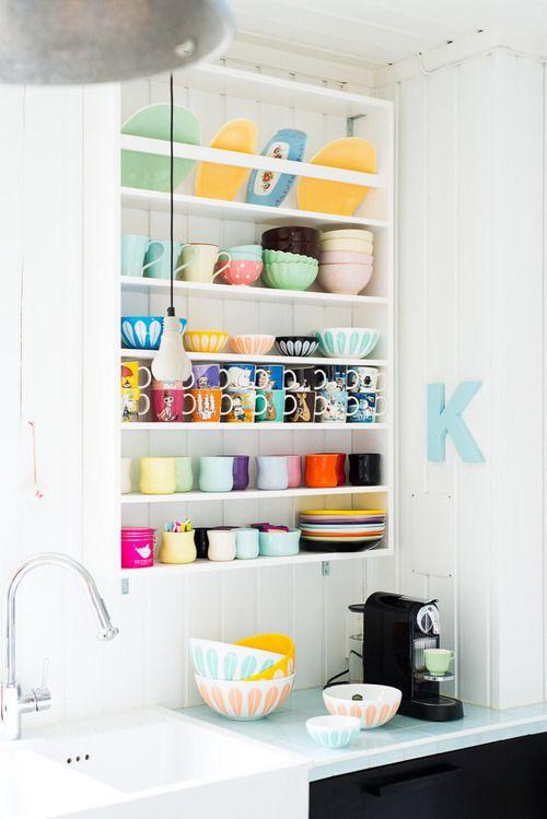 Lindo estante en la cocina para mostrar vajilla colorida