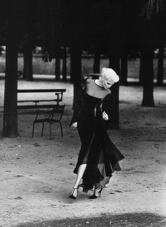 Nadja auermann photography by patrick demarchelier for harpers bazaar magazine us october velvet dressesblack white
