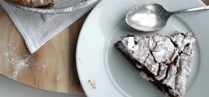 Deze chocoladecake van Culy.nl is goddelijk! Extreem luchtig, maar wel lekker smeuïg. Speciaal aan deze cake is dat hij geen bloem bevat, wel veel eieren. Sowieso bevat het recept maar weinig ingredienten, maar vier! Hij moet even in de over (50 minuten), maar dan heb je ook wat: de ultieme flourless chocolate cake! Ingrediënten chocoladecake […]