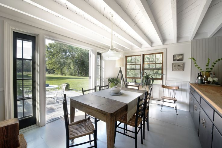 When we got an email from Brooklyn-based architectRoberto Sosawithphotosof his recently renovated farmhouse in upstateNew York, which he owns with his